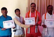 जौनपुर का नं. 1 न्यूज पोर्टल श्याम केशरी चैरिटेबल परिवार ने तमाम हस्तियों को किया सम्मानित | #TEJASTODAY जलालपुर, जौनपुर। स्थानीय क्षेत्र के श्याम केशरी चैरिटेबल ट्रस्ट एवं वेलफेयर सोसायटी जौनपुर के तत्वावधान में ब्लाक प्रमुख जलालपुर संदीप सिंह प्रबंधक आरडीएस महाविद्यालय जगापुर व आक्सफोर्ड पब्लिक स्कूल फूलपुर वाराणसी और ग्रामसभा मकरा के क्षेत्र पंचायत सदस्य शिवकुमार चौहान, समाजसेवी प्रदीप चौहान एवं ओपीएम तिवारी स्टेशन अधीक्षक त्रिलोचन महादेव को कोरोना योद्धा के रूप में सम्मान पत्र से सम्मानित किया गया। इस अवसर पर डा. बीके गौतम, वाराणसी के पत्रकार जितेन्द्र चौधरी, दिलीप कुमार पत्रकार थानागद्दी, अतुल राय पत्रकार जलालपुर, शिवचन्द यादव पत्रकार जलालपुर, गनेश वर्मा, संतोष कुमार सहित तमाम लोग उपस्थित रहे।