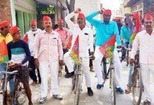 जौनपुर का नं. 1 न्यूज पोर्टल मल्हनी में साइकिल चलाकर लोगों से अपील कर रहे श्रवण व दिनेश | #TEJASTODAY जौनपुर। मल्हनी विधानसभा उपचुनाव को लेकर समाजवादी पार्टी के जिला उपाध्यक्ष श्रवण जायसवाल व अखिल भारतीय यादव महासंघ प्रदेश अध्यक्ष दिनेश यादव की संयुक्त अगुवाई में करंजाकला ब्लाक के मनवल, सुल्तानपुर, करंजाकला सहित विभिन्न गांवों में साइकिल यात्रा निकाली गयी। विविध समुदाय, जाति व वर्ग के लोगों ने अपना सहयोग प्रदान करते हुए कहा कि हम लोग भारतीय जनता पार्टी की मौजूदा सरकार की नीतियों से आजिज आ गए हैं। चाहे वह सुरक्षा हो, चाहे रोजगार हो अथवा हमारी मूलभूत आवश्यकता, ये सभी सरकार ने सब कुछ छीनने का काम किया है। नेताद्वय ने कहा कि यह साइकिल यात्रा चुनाव को जीतने में मील का पत्थर साबित तो होगी। साथ ही पूरे प्रदेश में रिकार्ड मतों से हम जीत भी रहे हैं। इस अवसर पर पूर्व अध्यक्ष कमलेश यादव, अरुण यादव एडवोकेट, पंकज यादव, संतोष यादव, अभिषेक यादव, महेंद्र यादव, जंग बहादुर यादव, बबलू जायसवाल, संजय यादव सहित सहित सैकड़ों लोग मौजूद रहे।]