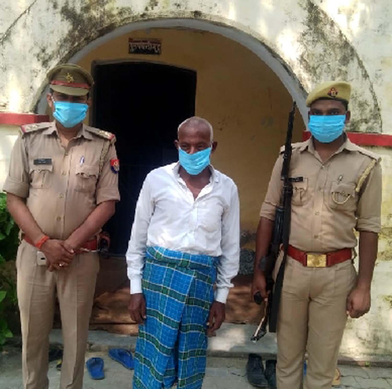 पाक्सो एक्ट में वांछित अभियुक्त गिरफ्तार | #TEJASTODAY सुइथाकला, जौनपुर। सरपतहां थाने में पाक्सो एक्ट में वांछित अभियुक्त को गिरफ्तार करने में सरपतहां पुलिस को कामयाबी मिली है। प्रभारी निरीक्षक सम्पूर्णानन्द राय के कुशल निर्देशन में सरायमोहिउद्दीनपुर चौकी प्रभारी विवेक तिवारी मयहमराह राज नारायण यादव क्षेत्र में अपराध एवं अपराधियों के खिलाफ चलाए जा रहे अभियान के अनुक्रम में क्षेत्र के अतरडीहा बाजार में मौजूद थे। सूचना मिली कि नाबालिग किशोरी से छेड़छाड़ के मामले में पाक्सो एक्ट के तहत निरुद्ध अभियुक्त क्षेत्र के गुडबड़ी चौराहे पर मौजूद है। मौके पर पहुंचकर पुलिस ने उसे गिरफ्तार कर लिया। गौरतलब है कि थाना क्षेत्र के जमदरा निवासी गिरफ्तार अभियुक्त मुन्तू उर्फ मुमताज के खिलाफ थाना सरपतहां में भारतीय दण्ड संहिता की धारा 354 (क), 504 व 9(ड) पाक्सो एक्ट के तहत मुकदमा पंजीकृत था। पुलिस ने गिरफ्तार अभियुक्त के खिलाफ विधिक कार्यवाही करते हुए आरोपी को चालान न्यायालय भेज दिया।