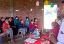 जन विकास संस्थान व ब्रेक थ्रू ने किया स्वास्थ्य शिविर का आयोजन | #TEJASTODAY जौनपुर का नं. न्यूज पोर्टल मछलीशहर, जौनपुर। जन विकास संस्थान द्वारा ब्रेकथ्रू नई दिल्ली के सहयोग से संचालित किशोरी अधिकार एवं सशक्तिकरण परियोजना के अंतर्गत कोविड 19 को ध्यान में रखते हुये उक्त कार्यक्रम का आयोजन विकास खंड बक्सा व मछलीशहर के विभिन्न गांव में पिछले 2 माह से लगातार किया जा रहा है। अब तक संस्थान के माध्यम से 24 स्वास्थ्य शिविर का आयोजन किया जा चुका है। आज इस कार्यक्रम का समापन मछलीशहर के उच्च प्राथमिक विद्यालय अदारी व भगवान प्रसाद सिंह जूनियर हाईस्कूल जमालपुर में हुआ। इस मौके पर किशोरियों को माहवारी स्वच्छता, कोविड-19 से सुरक्षा व बचाव, सुरक्षा सप्ताह, पास्को एक्ट, बाल सुरक्षा आत्मरक्षा, पौष्टिक आहार आदि विषयों पर समझ बनायी गयी। संस्थान के सचिव राजमणि ने कहा कि किशोरियों को आगे बढ़ना होगा और उनके साथ हो रहे अत्याचार व हिंसा का विरोध करना होगा। साथ ही पास्को एक्ट के विषय में जानकारी दिया। परियोजना समन्वयक शिवशंकर चौरसिया ने किशोरियों को परियोजना के उद्देश्यों पर चर्चा करते हुए कहा कि किशोरियों की शिक्षा, स्वास्थ्य व हिंसा के प्रति उन्हें जागरूक व सशक्त बनाना है, ताकि समाज में उन्हें बराबरी का हक मिल सके। विद्यालय के प्रधानाध्यापक अभिषेक सिंह ने जागरूकता कार्यक्रम के लिए संस्थान को धन्यवाद देते हुए कहा कि किशोरियों को उच्च शिक्षा प्राप्त करने के लिए प्रयास करना होगा तभी उन्हें बराबरी का हक मिल सकेगा। आंगनवाड़ी कार्यकत्री कुसुम सिंह, आशा नीलम ने स्वास्थ्य विभाग एवं आईसीडीएस विभाग से मिलने वाले सुविधाओं के बारे में किशोरियों को जागरूक किया। इस दौरान उच्च प्राथमिक विद्यालय अदारी के प्रधानाध्यापक मोहम्मद जमाल ने बताया कि वे पढ़ाई के साथ साथ खेलकूद वह सांस्कृतिक गतिविधियों में अपनी प्रतिभा सुनिश्चित करें, ताकि उनके व्यक्तित्व का विकास हो सके। इस अवसर पर सुनीता, अरविंद, संजय, अन्नू, सर्वेश, मनजीत, प्रिया आदि उपस्थित रहे।
