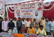 विधायक दिनेश चौधरी ने दिलाया अपने समाज के 500 लोगों का भारी समर्थन | #TEJASTODAY जौनपुर का नं. 1 न्यूज पोर्टल जौनपुर। राष्ट्रीय रजक महासंघ भारत के राष्ट्रीय अध्यक्ष एवं केराकत के लोकप्रिय विधायक दिनेश चौधरी ने मल्हनी उपचुनाव के दौरान नौपेड़वा मंडल में धोबी समाज के करीब 500 पुरुषों महिलाओं युवाओं को भारतीय जनता पार्टी के समर्थन में भाजपा प्रत्याशी मनोज सिंह के पक्ष में कमल के फूल वाला बटन दबाकर भारी से भारी मतों से विजई बनावे कार्यक्रम में भारी संख्या में महिलाएं उपस्थित थी कार्यक्रम में मुख्य वक्ता के तौर पर विधानसभा उपचुनाव के प्रभारी मंत्री श्री अनिल राजभर जी उपस्थित रहते हुए वक्ता के तौर पर उन्होंने कहा कि आपके बीच का आपका भाई आपका बेटा आपका मित्रआपके अपने समाज के लिए कुछ कर गुजरने की चाहत लेकर के देश प्रदेश अंतर जनपद का दौरा कर करके समाज के लोगों को संगठित करने का कार्य कर रहा है। विधायक दिनेश चौधरी के कंधों को मजबूत करें और भारतीय जनता पार्टी के पक्ष में ज्यादा से ज्यादा मतदान कर धोबी समाज की एकता अखंडता का प्रमाण दें, मल्हनी उपचुनाव हमें हर हालत में जीतना है क्योंकि हम विकास की आकांक्षा लेकर के आए हैं विकास की आशा लेकर के आए हैं अब तक अपेक्षित विधानसभा मल्हनी का विकास करने के लिए आए हैं विधायक के मीडिया प्रभारी गौतम मिश्र गोलू ने बताया कि विधायक दिनेश चौधरी के प्रेरणा से दो-तीन दिनों की कड़ी मेहनत के बाद धोबी समाज के करीब 500 महिलाओं बुजुर्गों वरिष्ठ प्रबुद्ध एवं युवाओं को इकट्ठा कर ऐतिहासिक कार्यक्रम कराने का कार्य किया गया है, धोबी समाज ने ठाना है मल्हनी में कमल खिलाना है।