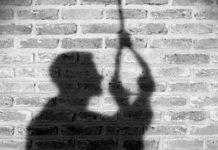 अविवाहित युवक ने फांसी लगाकर दी जान | #TEJASTODAY जौनपुर का नं. 1 न्यूज पोर्टल मछलीशहर, जौनपुर। कोतवाली क्षेत्र के खजुरहट गांव में एक युवक फांसी ने लगाकर अपनी जान दे दिया। युवक के आत्महत्या की जानकारी मिलते ही परिजनों में कोहराम मच गया हैं। बताते है कि उक्त गांव निवासी 19 वर्षीय आलोक कुमार पटेल मंगलवार को दिन में साढ़े 11 बजे घर का दरवाजा बन्द कर साड़ी से गले में फन्दा लगाकर आत्महत्या कर लिया। घटना के समय परिजन खेत में धान की फसल काटने गये थे। जब बड़ा भाई पानी पीने घर आया तो दरवाजा अन्दर से बन्द था। आशंका होने पर खिड़की से देखा तो छोटा भाई फंदे पर लटका था तो चिल्लाने लगा। परिजन व आस—पास के लोग इकट्ठे हो गये। खिड़की तोड़कर अन्दर घुसे तो देखा कि उसकी मौत हो चुकी थी। परिजनों में कोहराम मच गया। सूचना पाकर मौके पर पहुंची कोतवाली पुलिस ने शव को कब्जे में लेकर पंचनामा कर पोस्ट मार्टम के लिये भेज दिया। मृत्यु के कारण का कोई पता नहीं चल पाया। मृतक तीन भाइयों में सबसे छोटा था और अविवाहित था।