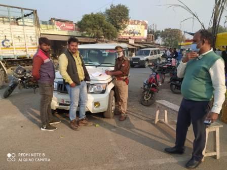सर्वाधिक पढ़ा जाने वाला जौनपुर का नं. 1 न्यूज पोर्टल चौकियां पुलिस ने 32 वाहनों का किया चालान | #TejasToday विपिन सैनी चौकियां धाम, जौनपुर। तहसीलदार संतोष शुक्ला के नेतृत्व में नगर के लाइन बाजार थाना क्षेत्र के शीतला चौकियां पुलिस चौकी के उपनिरीक्षक विजय गौड़ ने मंगलवार को जबर्दस्त अभियान चलाया। क्षेत्र के कुत्तूपुर तिराहे पर कोविड-19 जागरूकता अभियान के तहत श्री गौड़ ने बिना मास्क, साफ-सफाई करके कूड़ा सड़क पर फेंकने वालों के खिलाफ सघन चेकिंग अभियान चलाया। इस दौरान 7800 रुपए का समन शुल्क वसूला गया। इसी क्रम में 32 दोपहिया वाहनों के खिलाफ अभियान चलाकर बिना मास्क व हेलमेट न पहनने वालों का आनलाइन चालान किया गया। उपरोक्त अभियान के चलते उस रास्ते से होकर आने-जाने वालों सहित क्षेत्रीय दुकानदारों व निवासियों में अफरा-तफरी का माहौल रहा।