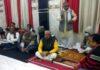 सर्वाधिक पढ़ा जानें वाला जौनपुर का नं. 1 न्यूज पोर्टल मोदनवाल समाज शाहगंज ने मोदनसेन महाराज की मनायी जयंती | #TejasToday चंदन अग्रहरि शाहगंज, जौनपुर। हलवाई मोदनवाल समाज शाहगंज द्वारा अक्षय नवमी पर महाराज मोदनसेन महाराज की जयंती मनाई गई। नगर में स्थित संगत जी मन्दिर में आयोजित कार्यक्रम में विराजमान प्रभु राम, लक्ष्मण, माता जानकी एवं मोदनसेन महाराज की प्रतिमा पर समाज द्वारा माल्यार्पण एवं पुष्प अर्पित किया गया। इसके उपरांत सुंदर कांड का आयोजन हुआ जहां बड़ी संख्या में हलवाई समाज के लोगों ने सहभागिता की। मोदनसेन महाराज की आरती के उपरांत मोदनवाल समाज के राष्ट्रीय अध्यक्ष श्रीराम आर्य के निधन पर शोकसभा करके उन्हें श्रद्धांजलि अर्पित की गई। इस अवसर पर मोदनवाल समाज के अध्यक्ष अनिल मोदनवाल, महामंत्री शिवेंद्र मोदनवाल, कोषाअध्यक्ष नारायण विष्णु मोदनवाल, राजेंद्र मोदनवाल, ओम प्रकाश मोदनवाल, सुभाष नेता मोदनवाल, विनय मोदनवाल, प्रदीप मोदनवाल, पहलाद मोदनवाल, सुशील मोदनवाल, शशांक शेखर मोदनवाल, अशोक मोदनवाल, शंकर मोदनवाल, संदीप मोदनवाल, अरुण मोदनवाल सहित तमाम लोग उपस्थित रहे।