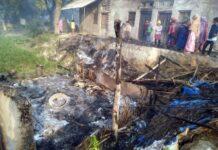 सर्वाधिक पढ़ा जानें वाला जौनपुर का नं. 1 न्यूज पोर्टल रिहायशी मड़हे में आग लगने से हजारों का सामान स्वाहा | #TejasToday धर्मापुर, जौनपुर। जफराबाद थाना क्षेत्र के एक गांव में बीती देर रात में अज्ञात कारणों से एक रिहायशी मड़हे में आग लग गयी जिससे मड़हे में रखा हजारों रूपये का सामान जलकर राख हो गया। जानकारी के अनुसार जफराबाद थाना क्षेत्र के सुल्तानपुर गांव में बीती देर रात में शिवशंकर निषाद के रिहायशी मड़हे में अज्ञात कारणों से आग लग गई। बताया जाता है कि आग लगने के दौरान इसी मड़हे में शिवशंकर अपनी पत्नी व दो बच्चों के साथ सोया हुआ था। आग लगने की जानकारी होते ही सभी बाहर भागकर अपनी जान बचायी। आग की लपटें इतनी तेज थीं कि जब तक लोग आग पर काबू पाने के लिए प्रयास करते तब तक कुछ ही मिनट में पूरा मड़हा जलकर राख हो गया। पीड़ित के अनुसार मड़हे में रखा 3 कुंतल गेंहू, 70 किलो चावल, लकड़ी की तख्त, बिस्तर व बक्से में रखे कपड़े सहित 8 हजार रुपये नगदी स्वाहा हो गये।