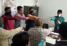 सर्वाधिक पढ़ा जानें वाला जौनपुर का नं. 1 न्यूज पोर्टल संविधान दिवस पर नेहरू युवा केन्द्र के स्वयंसेवकों ने ली शपथ | #TejasToday जौनपुर। संविधान दिवस पर नेहरू युवा केंद्र जौनपुर के कार्यकर्ताओं ने संविधान की उद्देशिका की शपथ ली। कार्यकर्ताओं को संबोधित करते हुए जिला युवा समन्यवक हिमांशु सागर ने कहा कि देश की एकता, अखंडता एवं संप्रभुता के किए हम सबको एक होकर कार्य करना चाहिए। हमारे देश की खूबसूरती है कि हमारा देश विश्व का सबसे बड़ा लोकतांत्रिक देश है। जहां किसी भी ग्रन्थों से बढ़कर संविधान को सर्वोपरि समझा जाता है। हमें अपने संविधान के प्रति आदर रखते हुए सदैव इसका सम्मान करना चाहिए। इस अवसर पर सुरेंद्र बहादुर सिंह, प्रतीक मिश्र, सुशील नागर, प्रियांशु रावत, अनुज गौतम, राहुल बिंद, तिलकधारी आदि उपस्थित रहे।